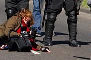 В Аргентине назревают серьезные беспорядки. Профсоюзы проводят 24-часовую забастовку, требуя от правительства снижения налогов и введения новых социальных гарантий.