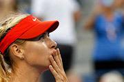 Российская теннисистка Мария Шарапова приветствует трибуны после своей победы во втором круге Открытого чемпионата США над румынкой Дулгеру.