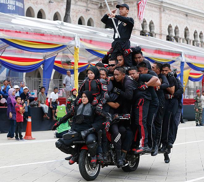 Тридцать один человек поместился на этот мотоцикл во время репетиции парада в честь Дня независимости Малайзии в Куала-Лумпуре.