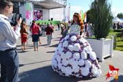 На выставке «Воронеж - город-сад» красавицы нарядились в платья из капусты и поиграли на парфюмерном пианино