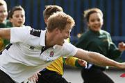 Принц Гарри посетил город Солфорд в графстве Большой Манчестер, где сыграл в регби с учащимися одной из местных школ