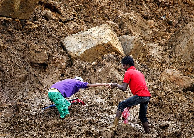 Десятки человек стали жертвами оползней, вызванных обильными дождями в округе Бадулла в Шри-Ланке.