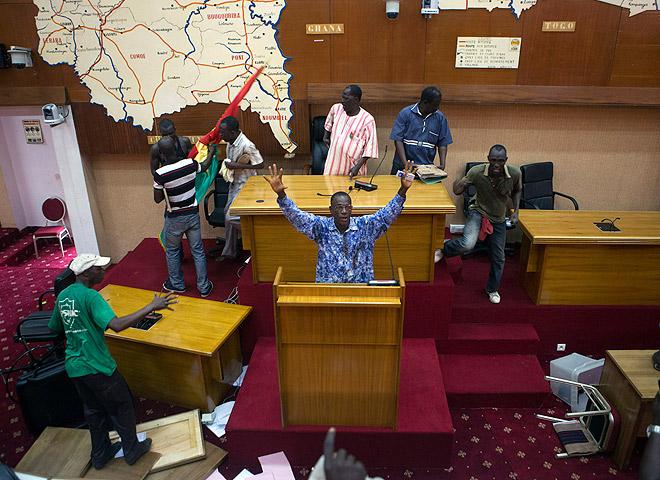Массовые протесты в столице африканского государства Буркина-Фасо переросли в вооруженные столкновения. В результате группа манифестантов ворвалась в здание парламента и устроила погромы.
