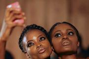 """Модели увлечены изготовлением очередного """"селфи"""" за кулисами Недели моды в столице Нигерии, городе Лагосе."""