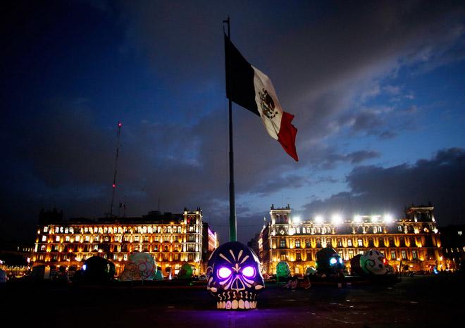 """Мексиканцы готовятся отметить один из самых оригинальных и красочных праздников на планете - """"День мёртвых"""". На центральной площади Мехико появился приличных размеров череп."""