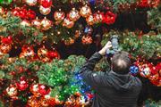 На площади Марлен Дитрих в Берлине установили и щедро украсили игрушками рождественскую елку.