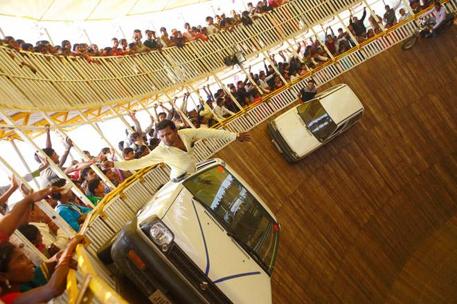 Каскадеры демонстрируют своё мастерство во время индуистского фестиваля, посвященного богине Гадхимаи. Традиционно это мероприятие сопровождается массовыми жертвоприношениями животных и птиц.
