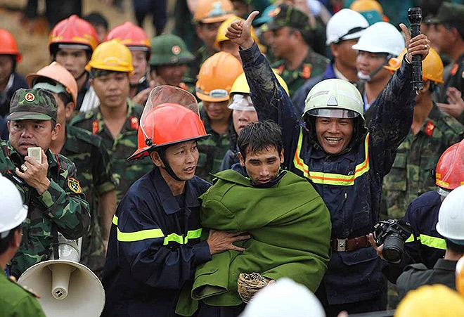 Вьетнамские спасатели смогли вызволить 12 рабочих, оказавшихся в западне после обрушения стен при строительстве тоннеля. Операция длилась четыре дня.