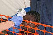 Работник медицинского центра в столице Сьерра Леоне измеряет температуру маленького пациента. На это африканское государство приходится более чем половины из всех зафикскированных случаев заболевания лихорадкой Эбола.