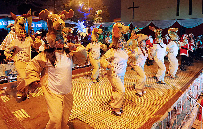 Заключенные женской тюрьмы в столице Перу устроили костюмированное представление на рождественские мотивы.