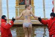 Православные окунулись в проруби в праздник Крещения Господня