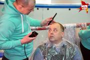 В Новосибирске фанаты ХК «Сибирь» побрились наголо, чтобы поддержать команду
