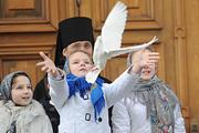 Патриарх вместе со школьниками в праздник Благовещения выпустил птиц