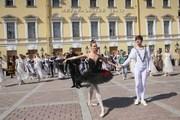 Флешмоб памяти Плисецкой у михаиловского театра