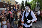В Воронеже на карнавальное шествие пришли фокусники, мимы и дрессированные животные