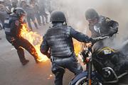 Полицейский едва не сгорел заживо во время беспорядков в Мехико
