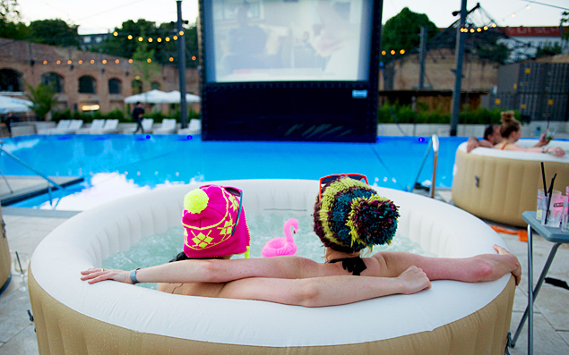 В центре Берлина открыли кинотеатр с бассейном