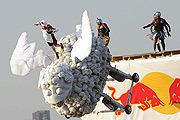 На Гребном канале прошел чемпионат по коротким полетам на самодельных летательных аппаратах Red Bull Flugtag