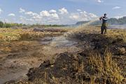 Пожарные круглосуточно дежурят под Иркутском из-за горящих торфяников