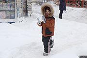 Сильный снегопад парализовал жизнь Иркутска: на дорогах пробки, самолеты не летают