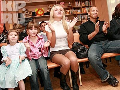 Анастасия Дашко и Сэм Селезнев на концерте в барнаульском детском доме Фото