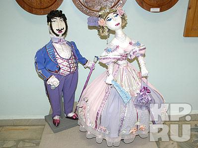 Куклы в костюмах эпохи романтизма.