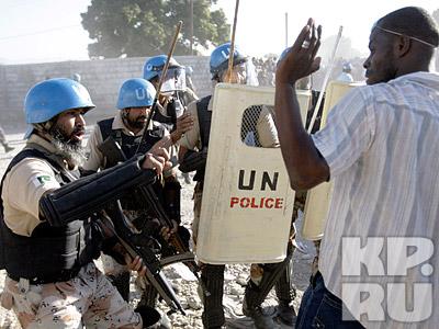 Пакистанские миротворцы усмиряют толпу