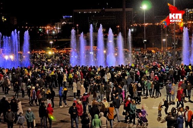 С фонтаном пришли попрощаться сотни пермяков