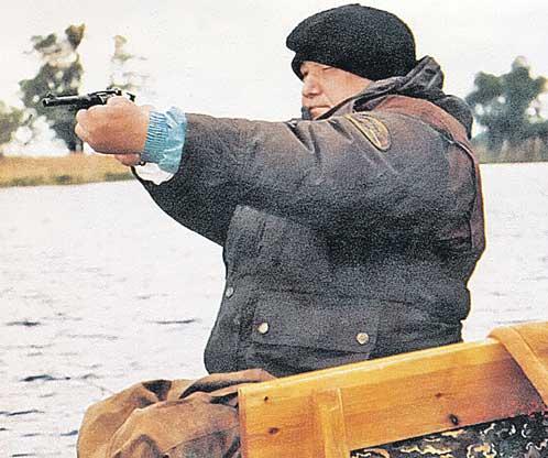 Борис Ельцин упражняется в стрельбе из нагана.
