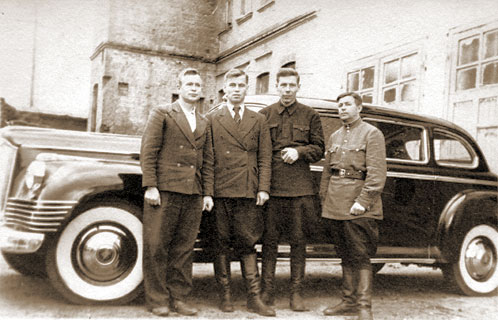 Константин Адамович - на снимке он крайний справа - возил и Пантелеймона Пономаренко, и Лаврентия Цанаву.
