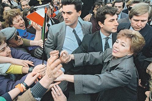 Охранникам приходилось буквально оттеснять желающих пожать руку Раисе Максимовне Горбачевой. И оттесняли! Но вежливо.