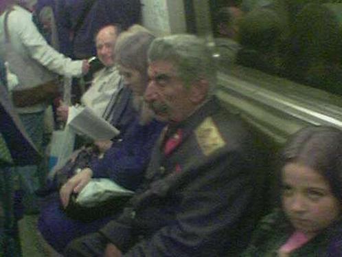 Говорят, что по кольцевой линии иногда ездит дух Сталина: садится в вагон на Парке культуры, а между Новослободской и Проспектом мира исчезает... Как раз в районе Змееносца, где по верованиям некоторых астрологов расположен портал в иной мир.