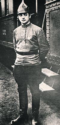 Михаил Тухачевский, будущий Красный маршал, чьи войска и разгромили поляки на Висле. Фото 1921 года.