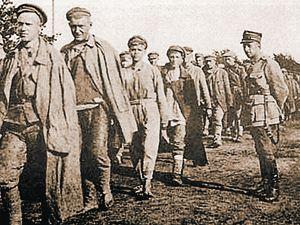 1920 год: поляки ведут пленных красноармейцев.