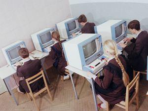 Pаботая за такими компьютерами, студенты изобрели плоский сенсорный экран, миниатюрные процессор, память и модуль Wi-Fi.