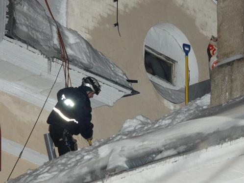 Работе сотрудников МЧС мешали завалы снега.