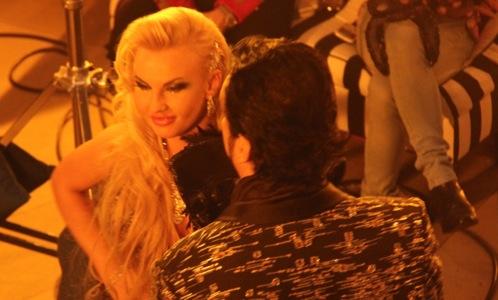 Филиппа застукали с шикарной блондинкой.