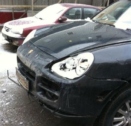 Капот машины телеведущей серьезно пострадал.