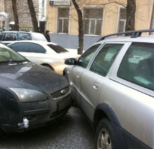 А так выглядя после аварии машины, стоявшие рядом. Фото телеведущая сделала сама.