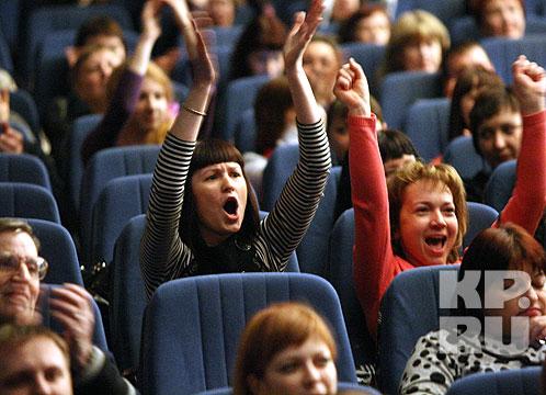 Возможно, из-за эпидемии гриппа в Самаре, зрительный зал был не полон, зато горячо приветствовал певца