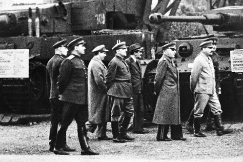 1943 год. Иосиф Сталин, Климент Ворошилов (второй справа) на выставке образцов трофейного вооружения в парке имени Горького.