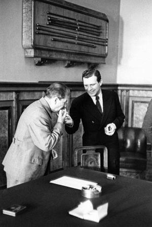 1941 год. Переговоры с делегацией Югославии. Сталин прикуривает любимую «Герцеговину Флор».