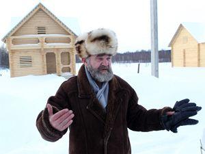 Заместитель директора Бородинского военно-исторического музея Александр Горбунов показывает  строящиеся коттеджи в Криушине и Старом Селе.