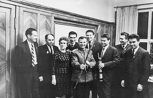 Юрий Гагарин, первый космонавт Земли, - в «Комсомольской правде». Справа от него на фото - Борис Панкин... Скольких замечательных людей он встретил за годы своей работы!