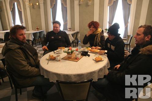 Набрав полную тарелку выпечки, музыканты устроились за столиком