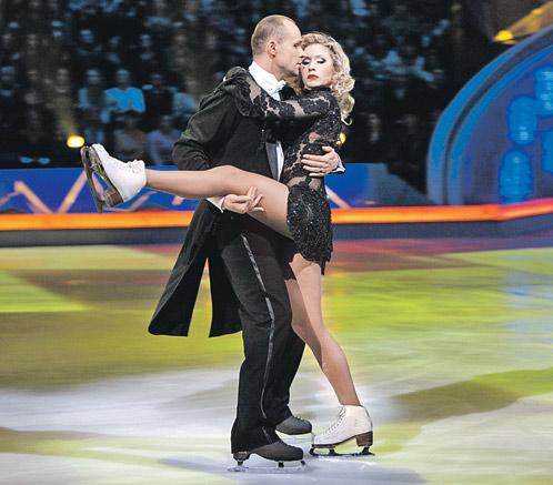 В шоу «Звездный лед» Аверин, танцевавший вместе с Анастасией Гребенкиной, продемонстрировал публике свои хореографические таланты.