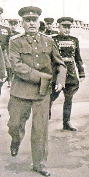 Генералиссимус Сталин и генерал Власик (справа). Последнее фото с вождем. Красная площадь, 1 мая 1950 г. (Снимок не очень качественный, так как сделан фотокором явно на бегу.)