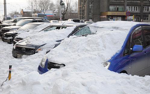 В Иркутске с крыши магазина упала глыба …