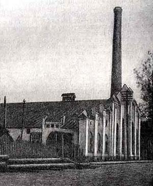 Так электростанция выглядела в начале прошлого века. В 50-х годах фасад почти лишился признаков неоготики.