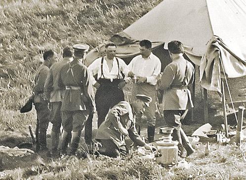 Иосиф Сталин (второй справа) на привале после охоты в Сальских степях. У самовара - Климент Ворошилов. Август, 1933 г.